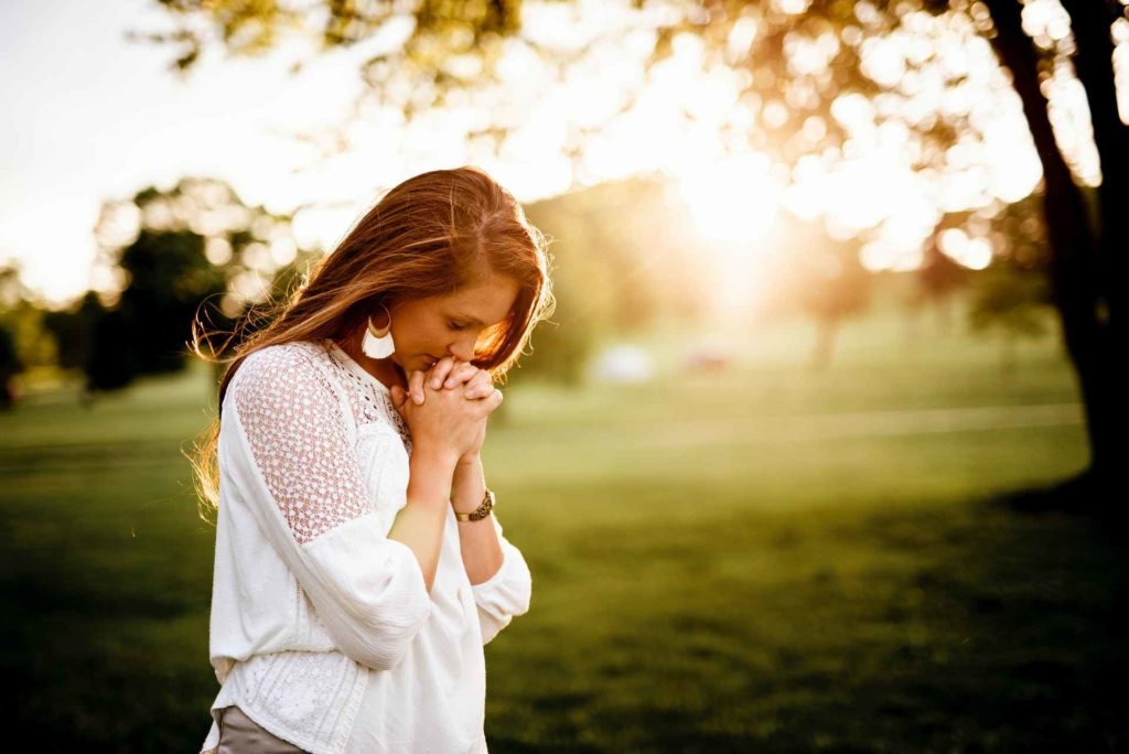 復縁を祈る女性